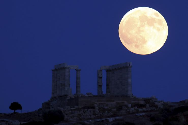 Így nézett ki a Hold a görögországi Szúnion-fokon álló ókori Poszeidón-templom fölött /Fotó: MTI/AP-Thanászisz Sztavrakisz