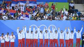 VESELO NA POBEDNIČKOM POSTOLJU Ovako su vaterpolisti i košarkašice proslavili olimpijske medalje /FOTO/