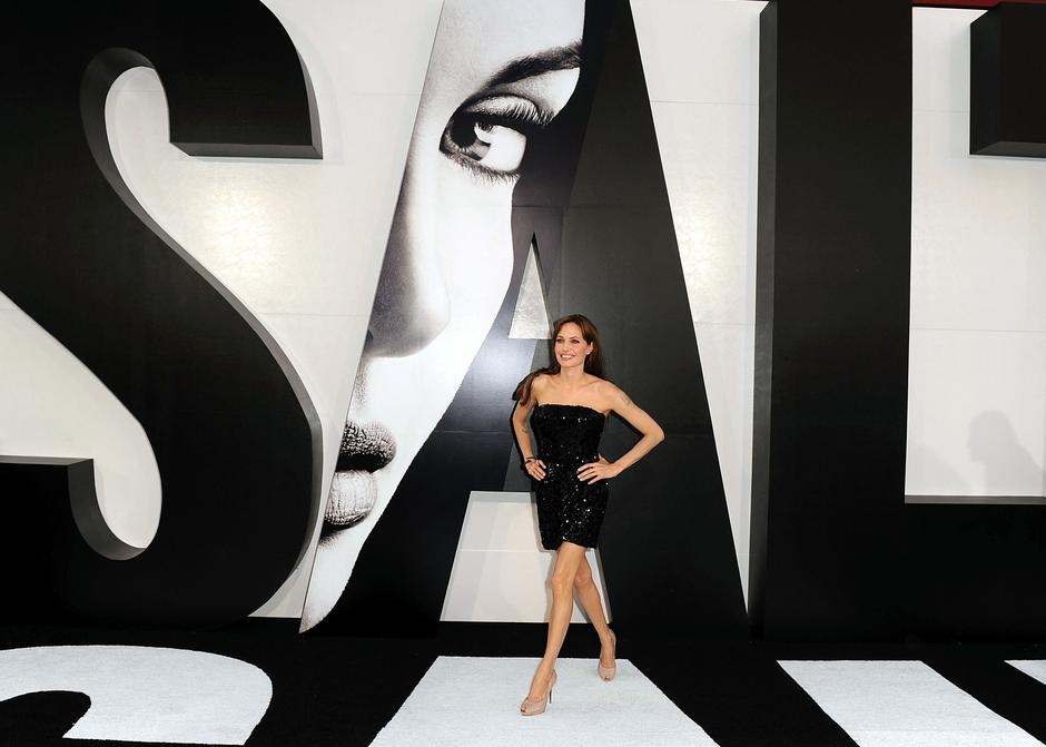 Angelina Jolie na premierze Salt w kreacji Giorgio Armani / Getty Images/Flash Press Media