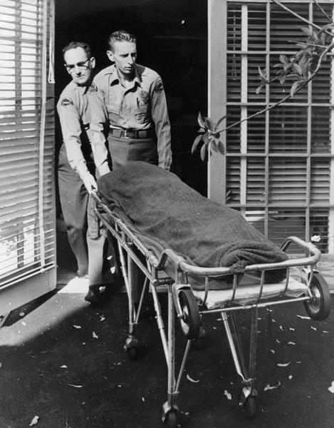 Sanitariusze wywożą zwłoki Marilyn Monroe (fot. Getty Images)