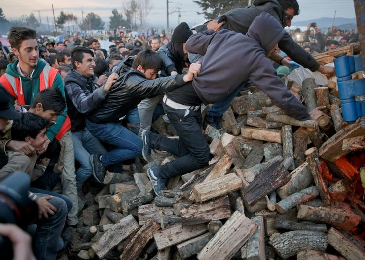 Dragocena drva za ogrev Humanitarna pomoć u drvima, izazvala je tuču među migrantima, kojima je tokom noći veoma hladno, s obzirom da dve nedelje spavaju na otvorenom.