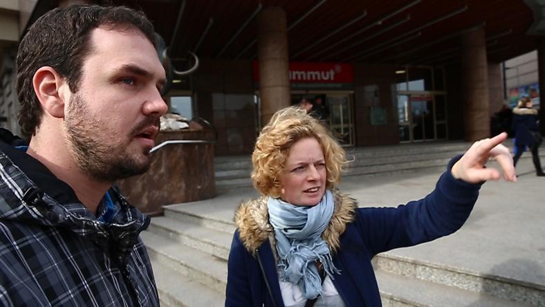 A kollégánkat, Krusinszki Józsefet angolul is készségesen útba igazító Piroska szerint a külföldi tapasztalat ér a legtöbbetl /  Fotó: Fuszek Gábor