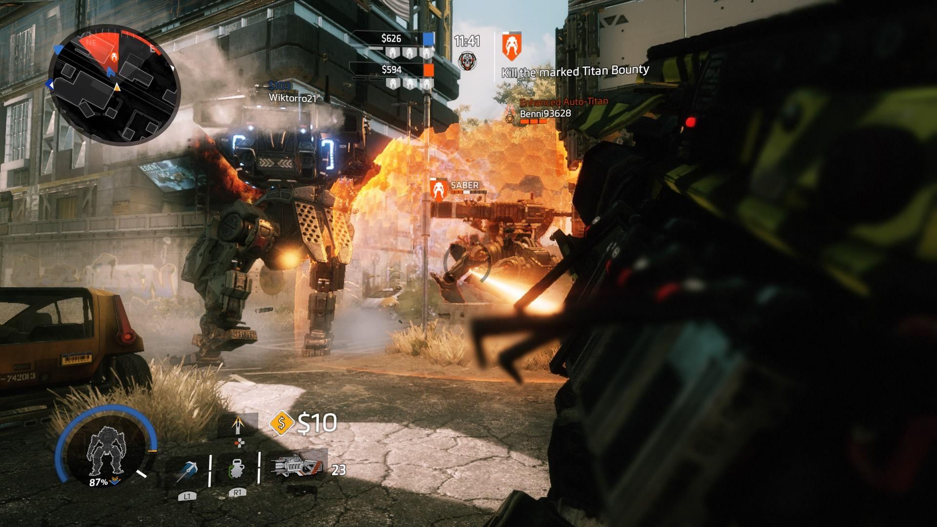 Hráčova postava pri sebe nosí dve zbrane – jednu pre boj s inými pilotmi, druhú má na titánov