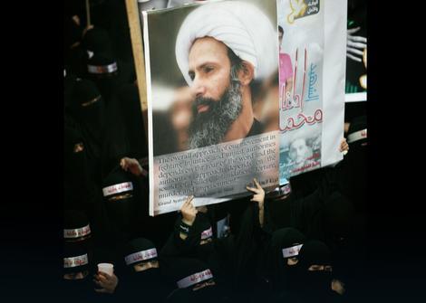 Demonstranti sa fotografijom ubijenog sveštenika