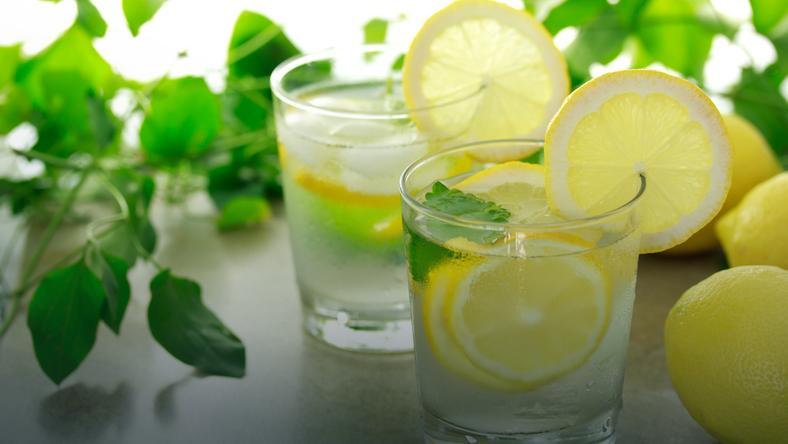 Woda z cytryną odchudza. Prawda czy fałsz?