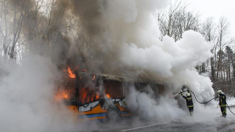 A busz szinte elveszett a füstben / Fotó:MTI-Varga György