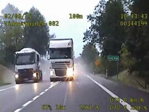 Zdjęcie do artykułu: Niebezpieczne wyprzedzanie - kierowca ciężarówki stracił prawo jazdy (Wideo)