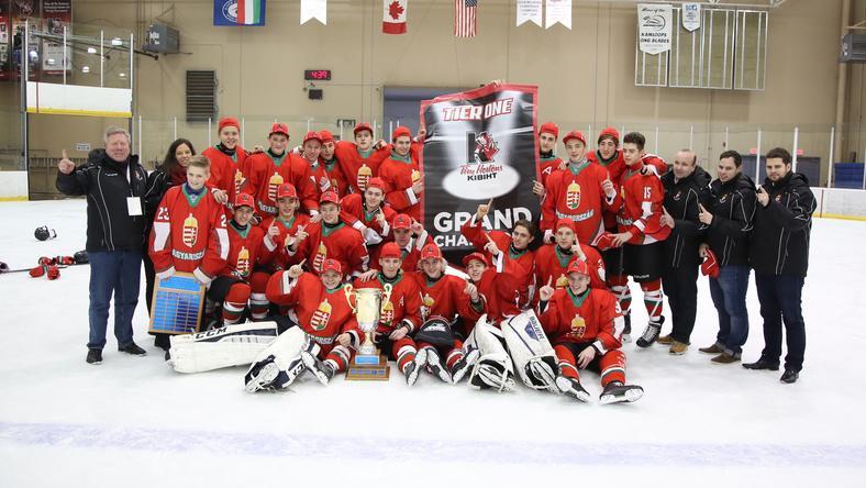 Elhozták a trófeát a magyar hokisok /Fotó: icehockey.hu