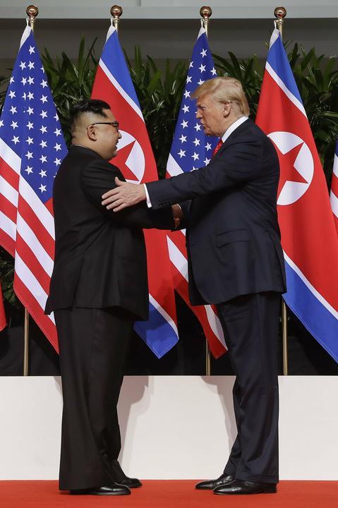 Trump vállon is veregette Kim DzsongUnt /Fotó: MTI/AP/Evan Vucci