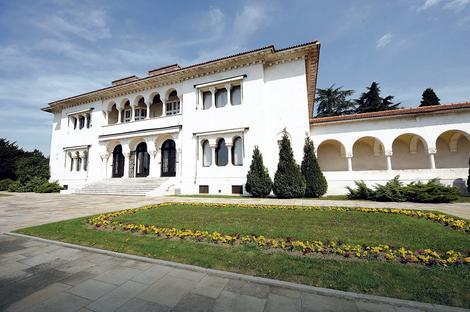 Beli Dvor: Dvorski kompleks ima površinu od oko 43 hektara u ulicama Ive Vojnovića i Kralja Milana i na Kanarevom brdu u Beogradu. Zahtev za vraćanje imove je odbijen