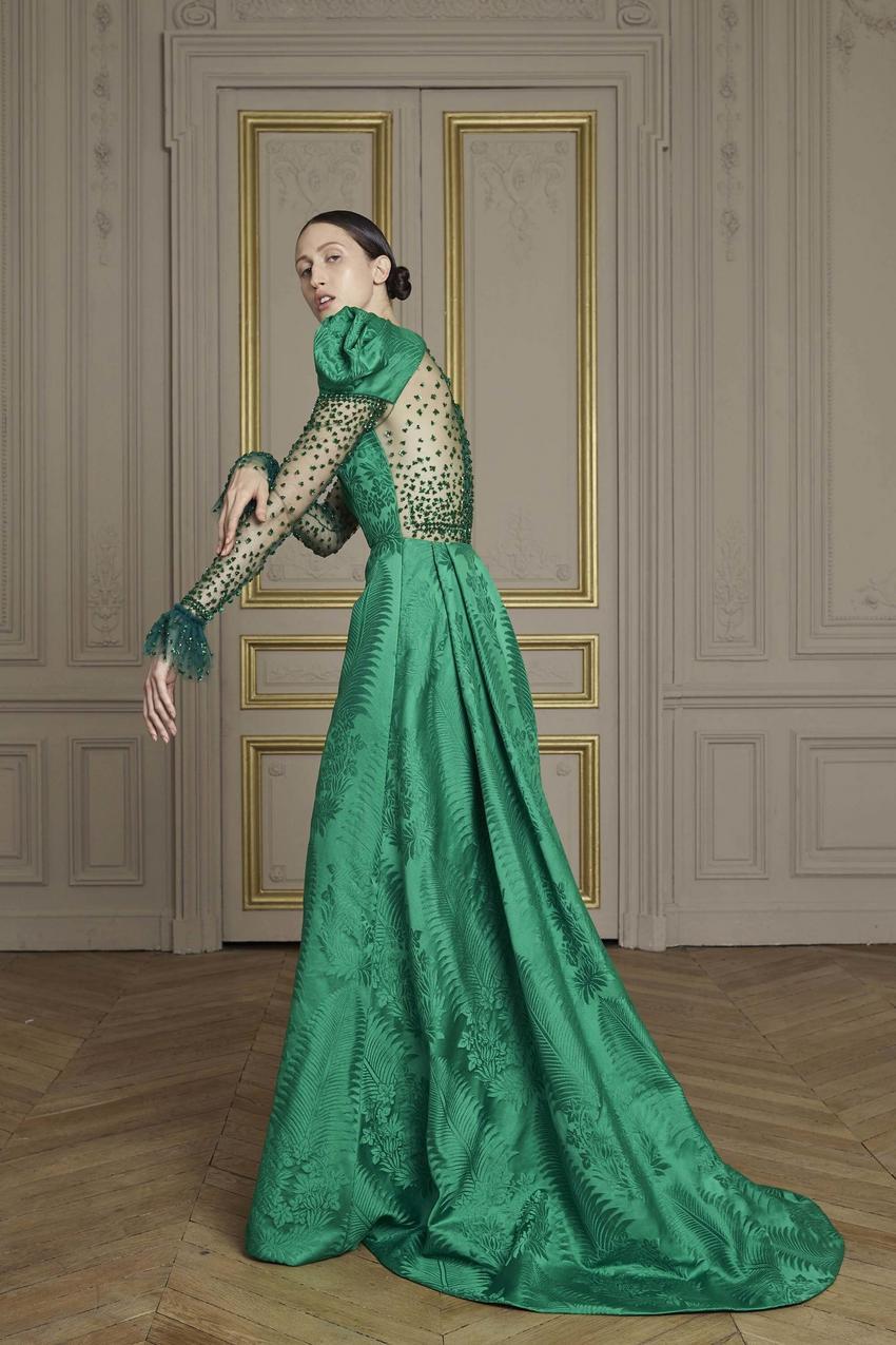 Szmaragdowa suknia z żakardu zdobiona kryształkami Swarovskiego z debiutanckiej kolekcji couture Gilesa Deacona