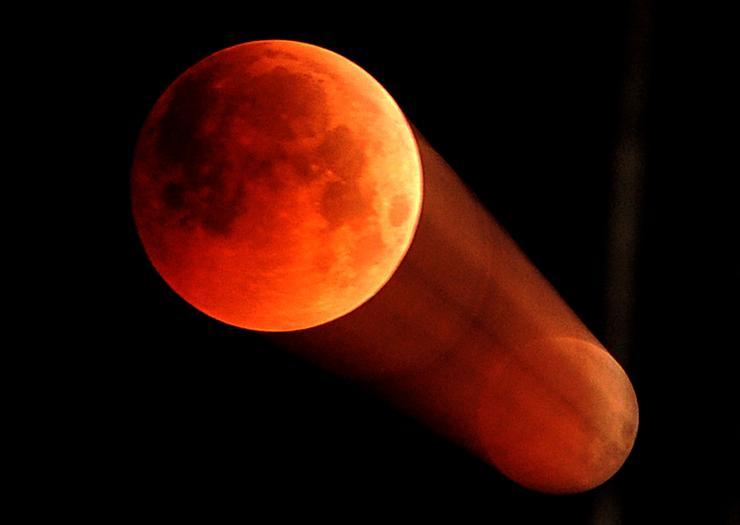 A leghosszabb holdfogyatkozás az indiai Jammuban /Fotó: MTI/EPA-Jaipal