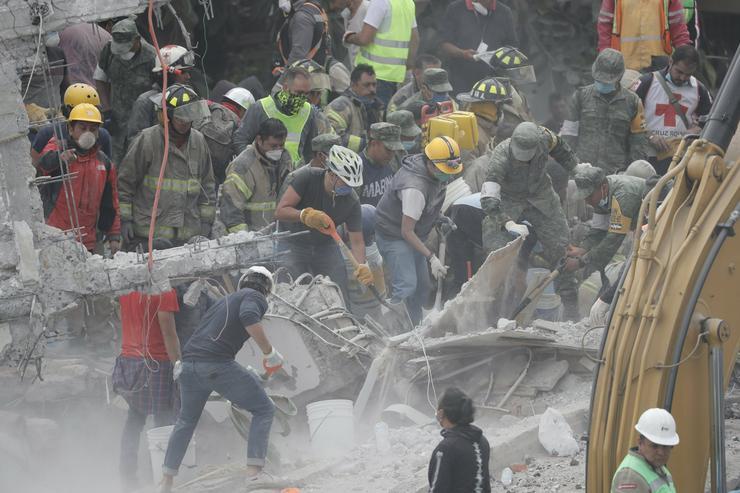 A mentőalakulatok a romok alól próbálták az áldozatokat kiemelni/ Fotó: MTI