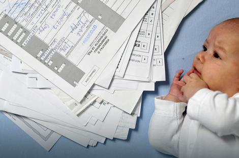 Beograđanka M. J., majka četvoromesečne bebe, mesecima skuplja papire koji su joj potrebni za jednokratnu pomoć od 35.000 dinara