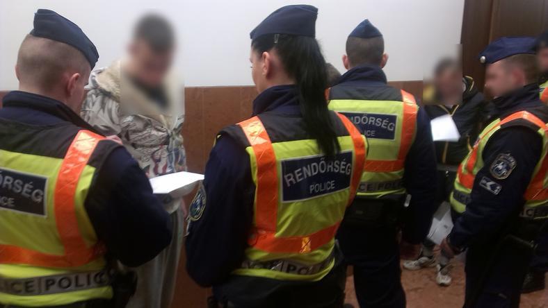 Bilincsben vitték a rendőrök a bíróságra az erőszakkal gyanúsított fiatalokat / Fotó: police.hu
