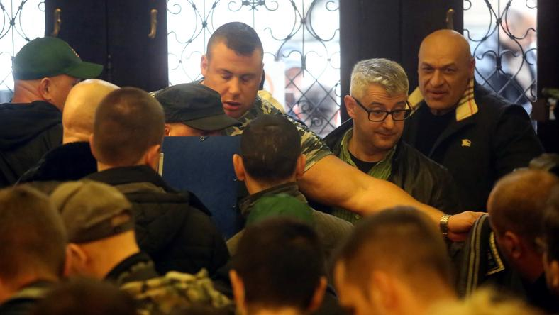 Biztonságőr külsejű férfiak nem engedték az ablakhoz Nyakó Istvánt / Fotó: Weber Zsolt