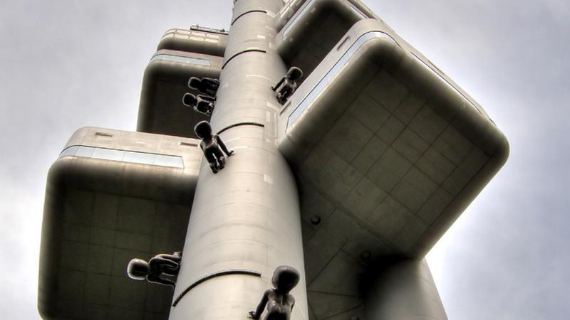Praga, wieża telewizyjna i miminka - rzeźba Davida Cernego