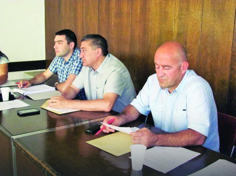 Ušteđevina namenjena za plastenike: Predsednik Skupštine opštine Lebane Srđan Jović (prvi zdesna) na radnom mestu