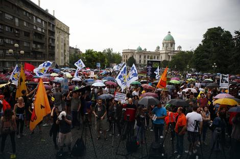 """Protest """"Ne davimo Beograd"""" ispred Skupštine grada nije prekinula kiša"""