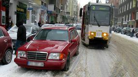Kierowcy blokują przejazd tramwajów. Będą zmiany w parkowaniu