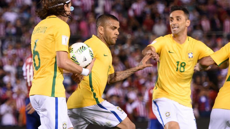 Dani Alves(középen) egyenlített a meccs végén /Fotó: AFP