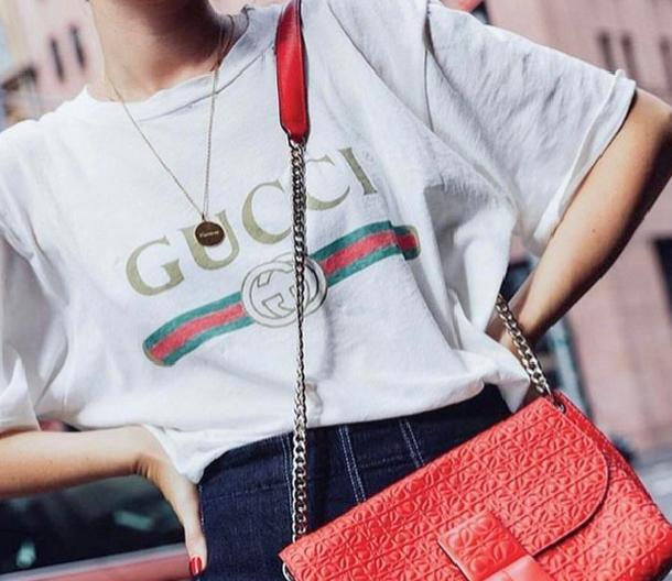 Tym t-shirtem zachwyciły się fanki mody. Warty swojej ceny?