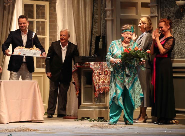 A színház igazgatója, Bank Tamás maga vitte fel a tortát a színpadra / Fotó: Pozsonyi Zita