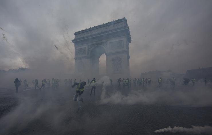 A francia fővárost az év utolsó heteiben borította lángokba, füstbe, a rendőri akcióknak köszönhetően pedig könnygázba az elképesztő tüntetéshullám, amely olyan iszonyatos indulattal csapott le, hogy még Emmanuel Macron kormánya is kénytelen volt visszakozni a vitatott törvények miatt. A füstben és könnygázban úszó Diadalív az európai politika egyik meghatározó momentuma volt idén /Fotó: Getty Images