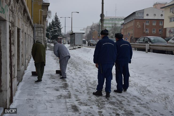 Az őrök éber fegyülete alatt folyik a munkavégzés / Foto: Blikk