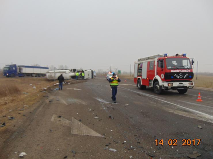 Felborult a kamion az ütközés után / Fotó: BM OKF - Kunszentmártoni HTP