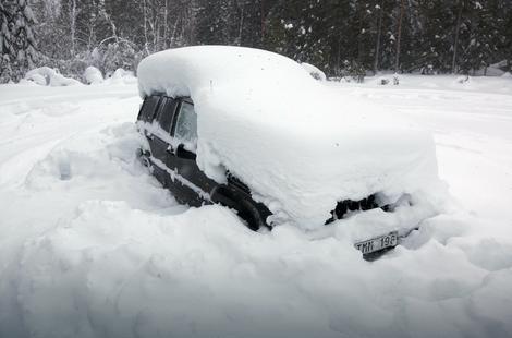 Snegom prekriveni automobil na zabačenom putu nedaleko od Umea, u severnoj Švedskoj