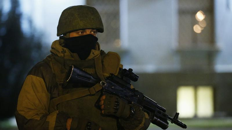 Żołnierz w mundurze bez dystynkcji na Krymie.