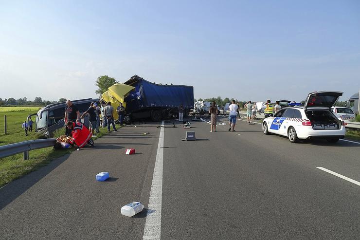Baleset történt az M5-ös autópályán Csengelénél / Fotó: MTI Donka Ferenc