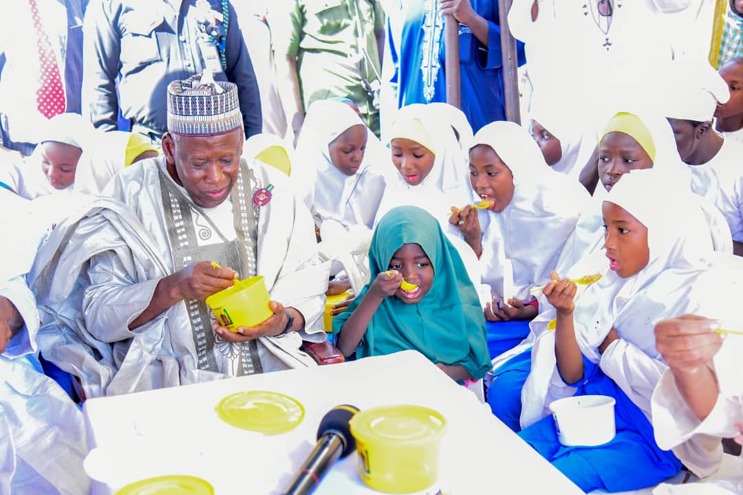 Governor Ganduje launches the State Government's school feeding program aimed at complementing the FG's school feeding program which targets primary schools from classes 1 to 3, whereas the state govt will feed classes 4 to 6, which is part of the Free Education in kano. [Twitter/@dawisu]