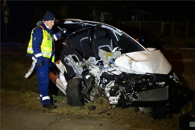 A balesetben az autó utasa olyan súlyosan megsérült, hogy a helyszínen életét vesztette /Fotó: MTI