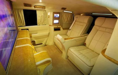 Osim što pruža traženu zaštitu i udobnost, vozilo može da služi i kao pokretna kancelarija