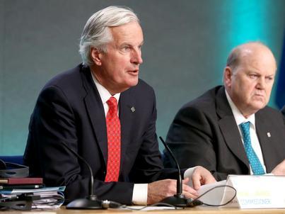 Michel Barnier (z lewej) będzie odpowiadał za negocjacje Komisji Europejskiej z Wielką Brytanią