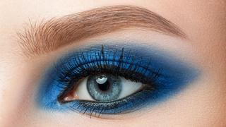 Niebieski makijaż hitem nadchodzących miesięcy: sprawdź, jak go wykonać