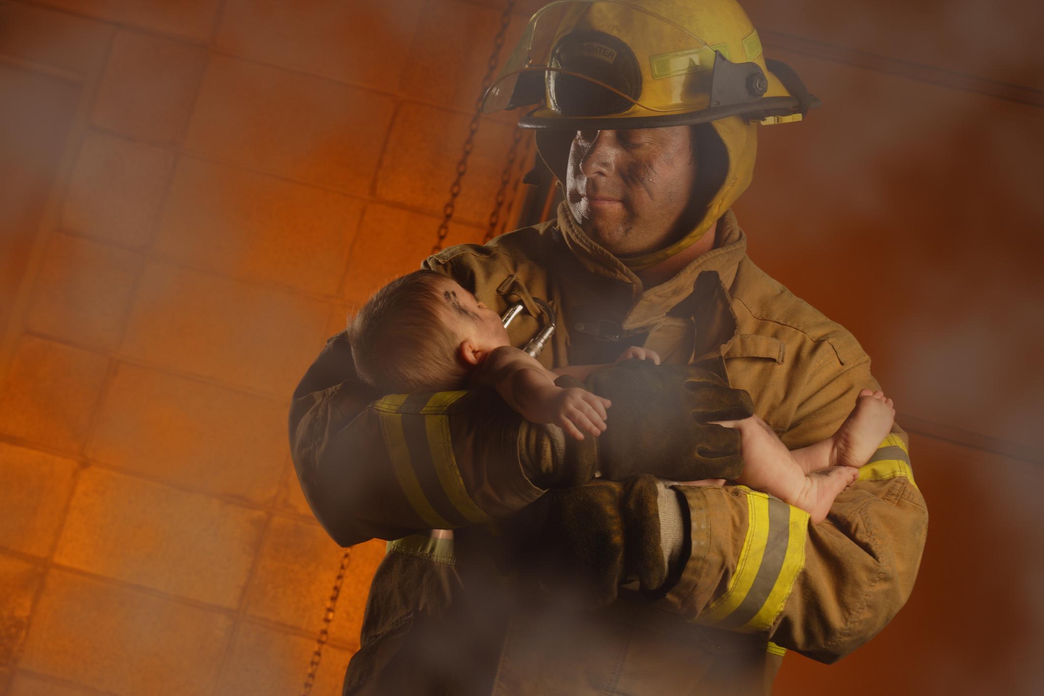 Фото пожарных с детьми на руках