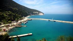 Bunkry i tunele zdolne przetrwać atak nuklearny oraz dzikie plaże - Albania otworzy dla turystów wyspę Sazan