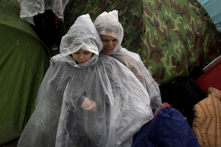 Borba protiv kiše Na svu muku koja je zadesila nesrećne migrante, kao poslednji protivnik pojavila se i kiša. Oni koji su bili srećni da se dokopaju kabanica, lakše su podneli jučerašnji pljusak.