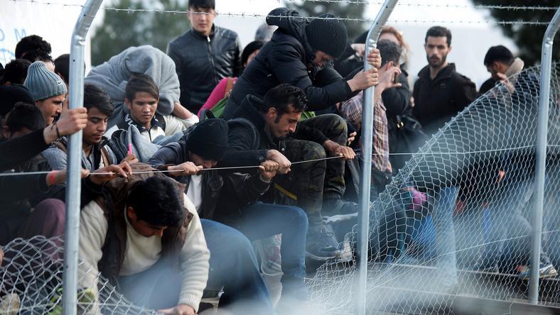 Pillanatkép a Balkánról. A kerítés sem akadály a migránsoknak Fotó: MTI