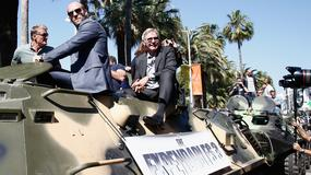 Sylvester Stallone i Arnold Schwarzenegger w czołgu na ulicach Cannes