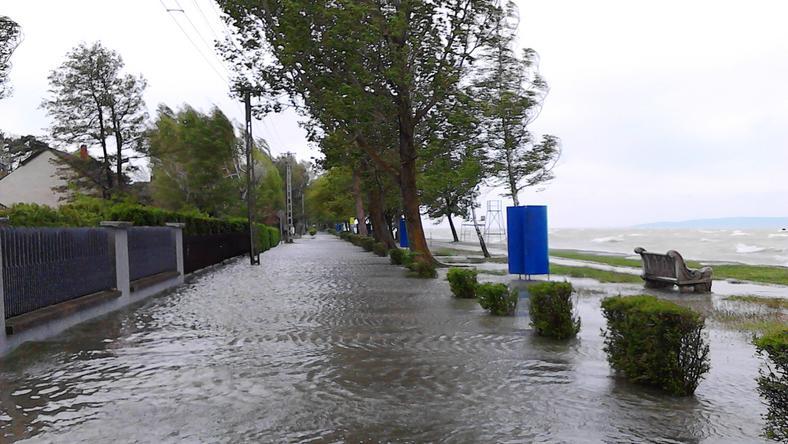 Fonyódligetnél a 90-100 km/órás szél kiléptette medréből a Balatont, Gábor 10 ezer forintot kap fotójáért/ Fotó: Olvasóriporter