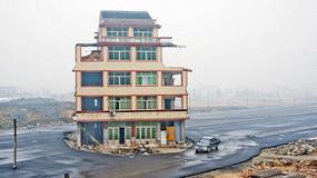 Dom na pasie ruchu chińskiej autostrady