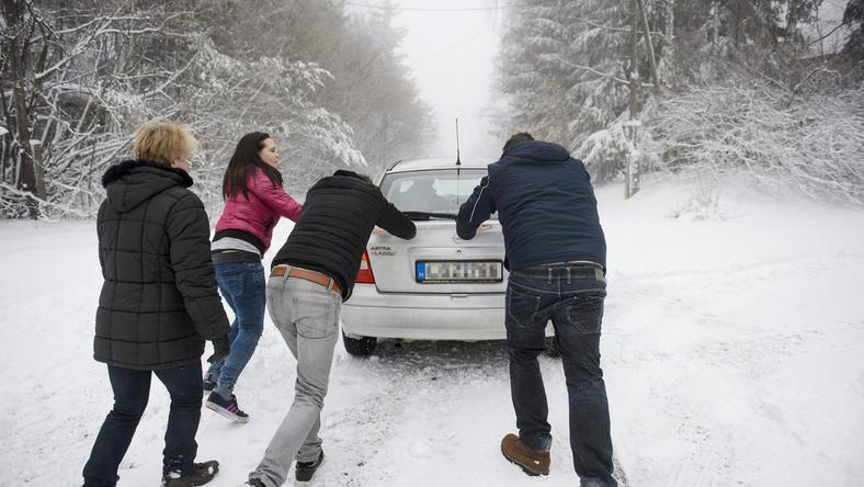 Mátraszentimrén már a havazás első hulláma és a jégpályává váló utak is gondot okoztak az autósoknak /Fotó: MTI Komka Péter
