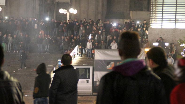 Nagy erőkkel keresi a rendőrség az elkövetőket, akik a nőket zaklatták, megtámadták az embereket /Fotó: AFP