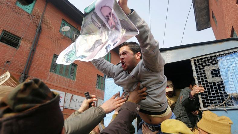 A Nimr al-Nimr síita főpap szaúd-arábiai kivégzése miatt tüntetők jelszavakat skandálnak az indiai fennhatóságú Kasmír fővárosában / Fotó: MTI