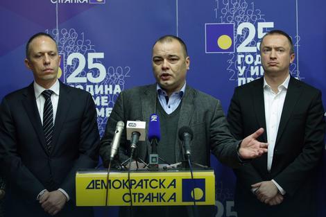 Goran Ješić za govornicom