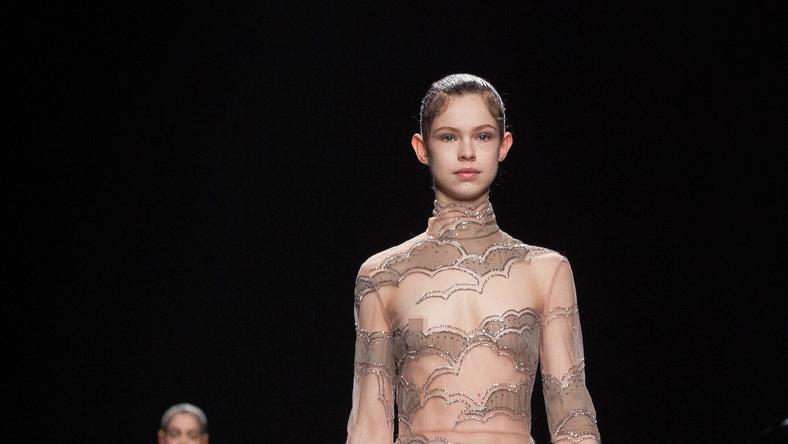 A modell úgy néz ki, mint egy kisikolás, mégis kivillant a melle a ruhából /Fotó: Northfoto